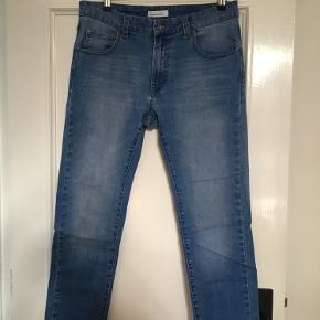 Tapered Samsøe & Samsøe jeans i str. 33/32. Jeg sælger flere dele, så vi kan sagtens finde en god mængderabat!