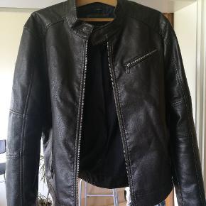 Zara læderjakke i en mørk brun. Den er brugt en gang. Det er en str. XL, sælges da den er lidt lille i størrelsen. Ny pris: 1200,-