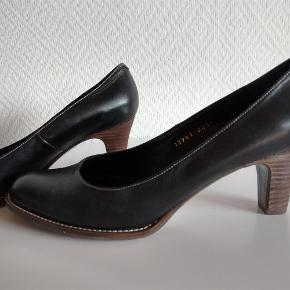 Varetype: Flotte højhælet sko Farve: sort  Flot sort sko