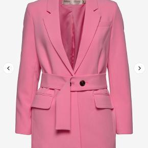 Helt nyt og så lækkert jakkesæt fra Inwear sælges. NP er 200kr MP 800kr kan hentes el sendes