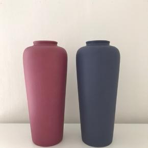 To slanke keramikvaser fra HFF Odense. Den cyklamenfarvede med stempel og klistermærke.  24 cm høje.  Flot stand, den blå har dog nogle farveforskelle fra noget der er spildt på den (se billede). 125 stykket, 200 for begge  #hffodense #keramikvaser #keramikvase #højvase #danskkeramik #vintagevase #vintagevase