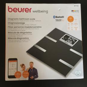 Badevægt / analyse vægt / digital vægt / vægt m. kropsanalyse fra  Beurer  Model: BF700  Vægtens bluetooth teknologi gør det muligt at holde styr på dine kropsmålinger både i hjemmet og på farten. Du kobler bare din badevægt til HealthManager appen. HealthManager kan installeres på smartphones med IOS (iPhone 4S - 7 Plus samt iPad) eller Android (Samsung Galaxy S3 - S7, LG Google Nexus 5 og LG L40).  Vægten måler: -Kropsvægt -Kropsfedt -Kropsvæske -Muskelforhold -Knoglemasse -BMI -AMR -BMR  Badevægten husker og genkender automatisk op til 8 brugere, så du kan skabe resultater sammen med familien. Vægten kan indstilles på 5 forskellige aktivitetsniveauer - fra ingen til meget høj fysisk aktivitet.  Forbrugerrådet Tænk har kåret BF700 som Bedst i test  Aldrig brugt Prisen er fast