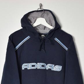 Sælger denne mega fede vintage hoodie, da den desværre er for stor. Er købt i USA. Størrelsen er medium, men fitter mere en L/XL. Den har ingen tydelige slidtegn, udover farven er lidt forvasket. Kan sagtens bruges af begge køn. Flere billeder kan sendes.