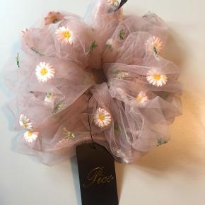 Daisy scrunchie i farven Peach fra Pico Aldrig brugt, med mærke