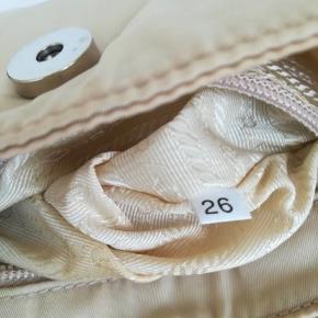 Vintage Prada taske /taske i sejlstof, beige farve. Det kan bruges som en mere pose bælte. Åbning med knap og indvendig lomme. Ingen tegn på slid. Gode vinkler. N. VELKOMMEN: Små interne pletter er rapporteret. Målinger cm 16x12x4about. Bæltelængde 95 cm. Længde op til det første hul 79 cm, længde op til det sidste hul 90 cm. Ingen støvpose.  Vi er til rådighed for mere information.  Bemærk venligst, at det er en vintage produkt, der anvendes, af denne grund kan der være tegn på brug. Meget gode forhold.