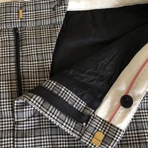 Fejlkøb, nederdelen sidder forkert på mig, så derfor håber jeg at en anden kan få glæde af den. Nypris 699,-