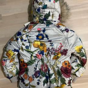"""Lækker NY Molo dynejakke med blomster str 128 men synes den passer """"str 122/128"""".  Pelskant og hætte kan tages af.  Nypris 1300kr"""