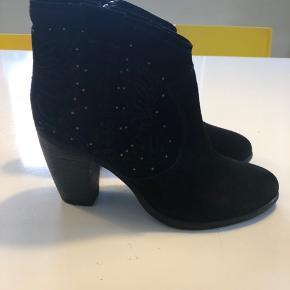 Fede støvler fra Sofie Schnoor. Kun brugt 2 gange. Hælhøjde ca. 9 cm.