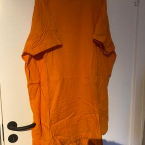 ✨ Fed oversize bomuldskjole med ribhals fra Weekday i power-orange. Kun brugt én gang. ✨