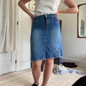 3 forskellige denim nederdele 1 med plet 1 for 30kr, 3 for 70
