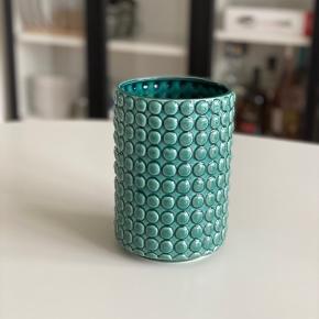 Vintage vase med mønster. 17,5 cm høj x 12,5 cm bred. Afhentes i Viby J ☺️