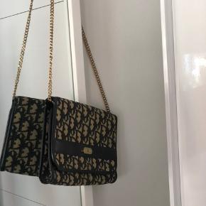 Vintage taske købt gennem Vestiaire, og har selvfølgelig brugstegn - men er stadig i fin stand.