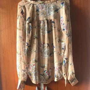 Sødeste skjorte fra Love & Divine Brugt 1 gang så fremstår som ny. Brandmærke på men vaskemærke klippet af. Skal vaskes ved 30 grader   Vælg en gratis gave med af værdi af max 25 kr