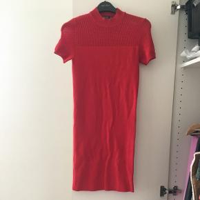 Tætsiddende kjole fra Bersha i str small. Den er helt ny og aldrig brugt.