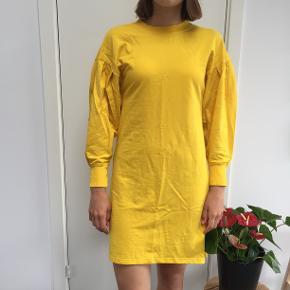 Gul, langærmet kjole fra MONKI. Str. XS, men fitter også en S.