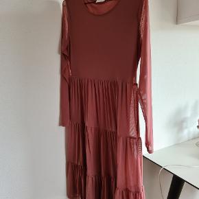 Fin kjole, der falder virkelig flot. Det er svært at vise farven på billeder, men den er så flot gammelrosa 😍 Den hænger bare i mit skab og det er synd.