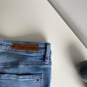 Helt vildt fede jeans fra Tommy Hilfiger. De er kun brugt en gang så de fremstår som nye. Det er en strørrelse 27/32 🌼