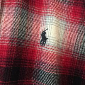 """Dejlig blød skjorte i fedt """"skovmands"""" inspireret design fra RL. Er brugt 1 gang."""