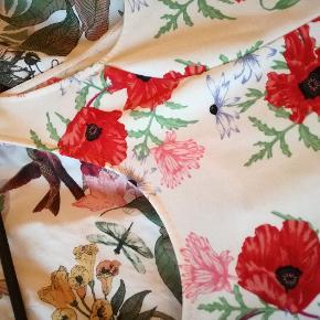 Hvid kjole med blomster str 46. Brugt få gange  Mængderabat gives