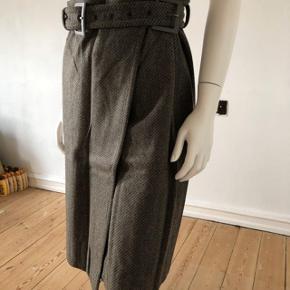 Så smuk slå om nederdel fra Calvin Klein. Den er kun prøvet men aldrig brugt.  Slå om, højtaljede pasform med bælt i taljen.  Byttes ikke