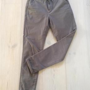 Varetype: Grå bukser / jeans med fin detalje Farve: Grå Oprindelig købspris: 1199 kr.  Flotte bukser fra 2nd Day - kun brugt en gang, så de er som nye. Fit: Boyfriend Str: 25/33  Handler gerne via mobilpay - ellers plus gebyr :-) Forsendelse er beregnet på forsikret forsendelse med DAO   Spørg og byd........