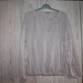 """Varetype: fin bluseFarve: pudder Oprindelig købspris: 1199 kr.  fin bluse med bindebånd og elastikkanter. en meget rummelig model, så """"alle"""" kan passe den.  mindsteprisen er 200 - bytter ikke"""