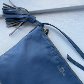 Jeg sælger min fine becksøndergaard taske da jeg må indse at jeg ikke kommer til at få den brugt. Den er aldrig brugt, og som der kan ses på billede 2 er der stadig en lille købs pose med. Den er derfor som ny🌸 Nypris var 600 kr. og er købt på becksøndergaards hjemmeside.  BYD endelig💛