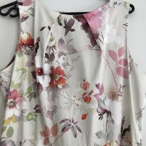 Så fin kjole, virkelig kvalitet.  Der står str 16 uk i den, svarer iflg google til xl, men målene er nærmere en L. Brystmål ca. 2x 52 cm Talje ca. 2x 43 cm Fra ikke rygerhjem