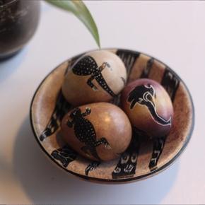 Sten-æg med dyre-motiv fra Ghana.