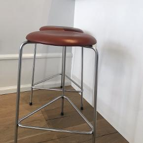 High Dot™ barstol udgået model med 3 forkromet stålben og rød/brunt læder. Original betræk, meget velholdt! Designer: Arne Jacobsen  Højde 60 cm Diameter på sæde: 35 cm  Prisen er pr. stk., men sælges kun samlet for 7000 kr.