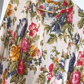Sælger denne smukke kjole, da jeg ikke fik den i brug alligevel. Mp 231 kr pp
