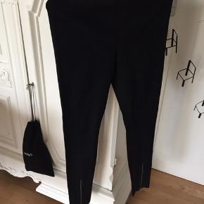 Lækre bukser fra Helmut Lang, str.Small, sort med fede detaljer. Aldrig brugt. Nypris 2400,- sælges til 900,-