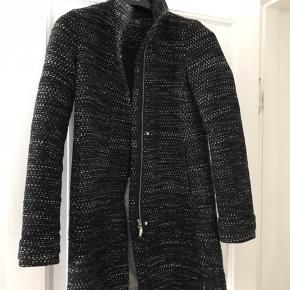 Uldfrakke fra Armani Jeans i smukt boucle-lignende stof. Med lynlås og for.  Kan ses/hentes/prøves på Østerbro.