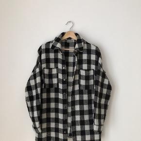Vero moda jakke i str 36. Brugt, men fremstår pæn.  Kan afhentes i Ørestad eller sendes på købers regning.