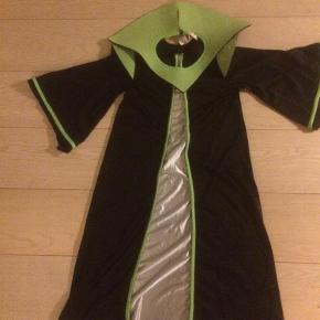 Brand: Disguise Varetype: Alien Dragt Størrelse: 116 Farve: Se billed  Aliendragt med aftage grøn krave.  Næsten som ny.
