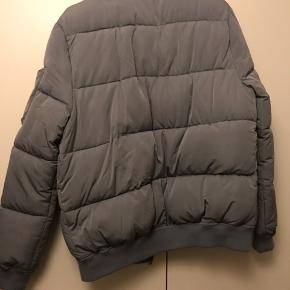 Lækker varm jakke fra Zara Gråblå silkelignende stof Byd