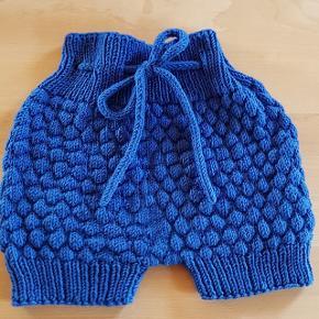Fine bloomers str. 12-18 mdr. Håndstrikket i superwashbehandlet uld.  Længde fra top til benenes bund: 25 cm.  #30dayssellout