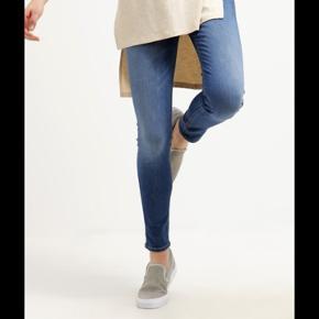 Lee skyler jeans i farven blue Fog. Det er en størrelse 24/31, som jeg vil sige passer en xs/s. Bukserne sidder tæt, men er i super kvalitet. De har stretch og er derfor meget behagelige. Nyprisen var 700 kr og jeg sælger dem, da de er blevet for små :/ Skriv for billeder af mine  eller øvrige spørgsmål☺️☺️