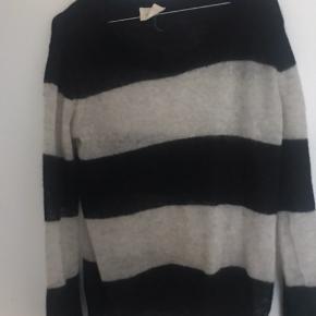 En tynd flot sweater fra American vintage. Det er ikke fordi den er slidt det er meningen at den skal se slut ud i looket