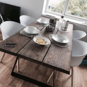Sælger vores utrolige smukke spisebord, da vi ønsker et der er større og længere :)  Bordet er lavet af dansk oventørret eg, i aller bedste kvalitet du kan få her i Danmark.   Bordet måler: 90cm bredde  200cm længde 4cm tykkelse  Skriv mig en besked hvis du har nogle spørgsmål omkring bordet, prisen kan forhandles lidt, da vi meget snart gerne vil have hentet vores nye bord!