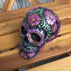 Dekorativ skull, dia de muerte. Og sparegris. 10,5 cm høje
