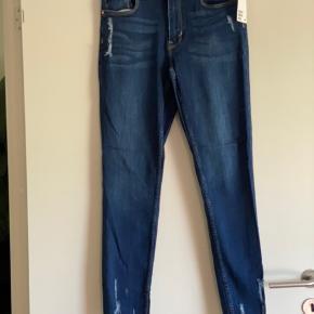 Lækker og smarte jeans -  Str 40 - men små i str -  Med stræk  Flotte detaljer - ny 349 ,-  Mp 150 pp