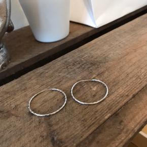 Sælger disse super søde sølv hoops. De er købt i en guldsmed i Helsingør. Sælges for 125kr ekskl fragt med Dao via trendsales sikkerhandelssystem
