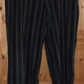 Brand: Essentials Casual Varetype: Bukser super lækre og flotte Farve: se billed  Flotte, lækre og smarte bukser fra Essentials Casual str 54  flotte og super kvalitet der er strech i dem de er sortgrå i farven med striber  se billeder  De er lavet af : 63 % Katoen, 16 % Viscose, 16 % Polyamide og 5 % Elastan   MÅL : Livvidde : ca 58 x 2 cm Hel længde : ca 100 cm Indvendig Ben længde : ca 72 cm Skridt for : ca 32 cm Skridt Bag : 46 cm  Mindstepris : 70 kr plus porto Porto er 45 kr. med DAO uden omdeling  Bytter Ikke