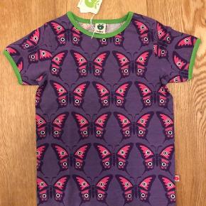 Varetype: Ny sommerfugle t-shirtFarve: Lilla  Sød Småfolk t-shirt str 104/110 Helt Ny.  Kan sendes med dao a 37 kr