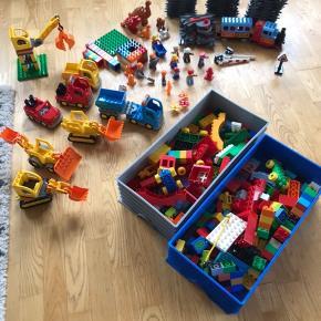 LEGO duplo. Togbane, brandstation, to pakker byggeplads og tre pakker ekstra skinner plus det løse.  Nypris minimum 2500 kr.