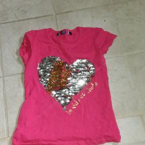 Fin pink t-shirt med hjerte i vendbare pailletter. I perfekt stand