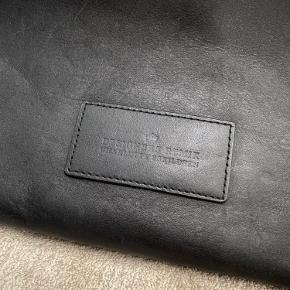 Sort Designers Remix læder clutch.   Har sat den som 'god men brugt' da den er i god stand men har en smule patina.   Måler 20x30cm