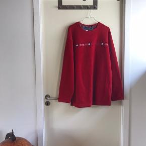 Tommy Hilfiger fleece trøje i en str. XXL. Den fremstår stort set som ny, selvom den er blevet brugt en del, så kvaliteten på den er ekstremt god. Dejlig varm til de kolde dage.   🛍 Sender med DAO 🛍 Køber betaler fragt 🛍 Kommer fra et IKKE ryger hjem 🛍 Tages ikke retur