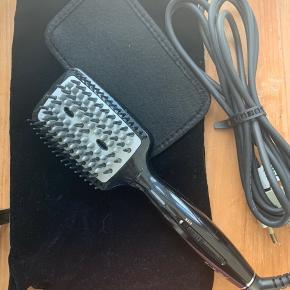 BaByliss Diamond Heated Smoothing Brush - Black  Sat som 'god, men brugt' selvom den reelt kun er prøvet to strøg af to gange, men mit hår er åbenbart for tykt, så glattejernet er hurtigere.  Der er sat et nyt stik på ledningen.